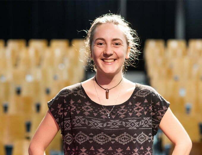 Marion Mignot - Étudiante sur la scène de la salle de spectacle La Tourelle