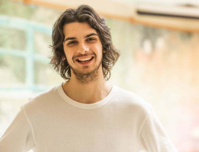 Jeune homme qui sourit