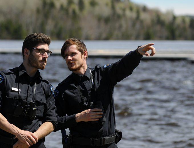 Deux étudiants en discussion sur le bord d'un cours d'eau
