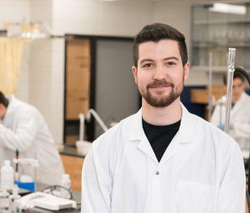 Étudiant debout dans un laboratoire de sciences