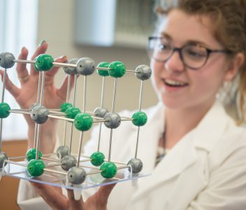 Étudiante en Tremplin DEC Sciences observant un objet de sciences