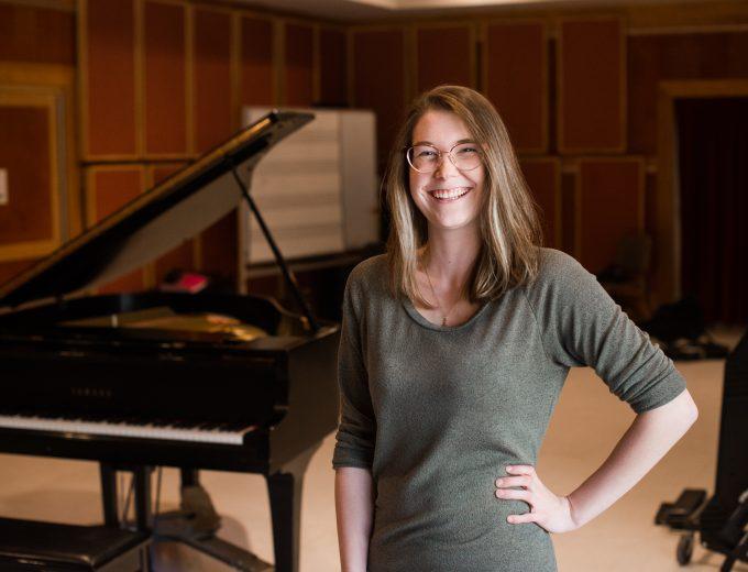 Étudiante en Musique devant un piano