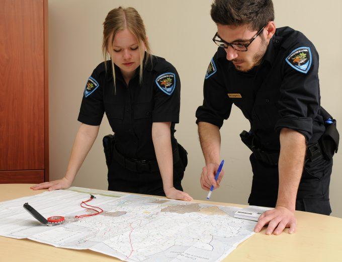 Étudiants en Protection de la faune travaillant sur une carte