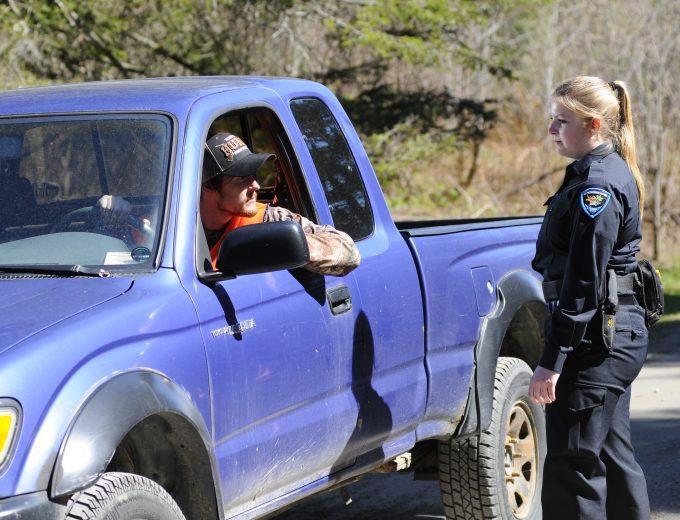 Étudiante en Protection de la faune procédant à la vérification d'une camionnette bleue