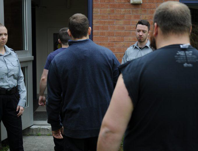 Étudiants en Techniques d'intervention en milieu carcéral qui surveillent l'entrée de détenus