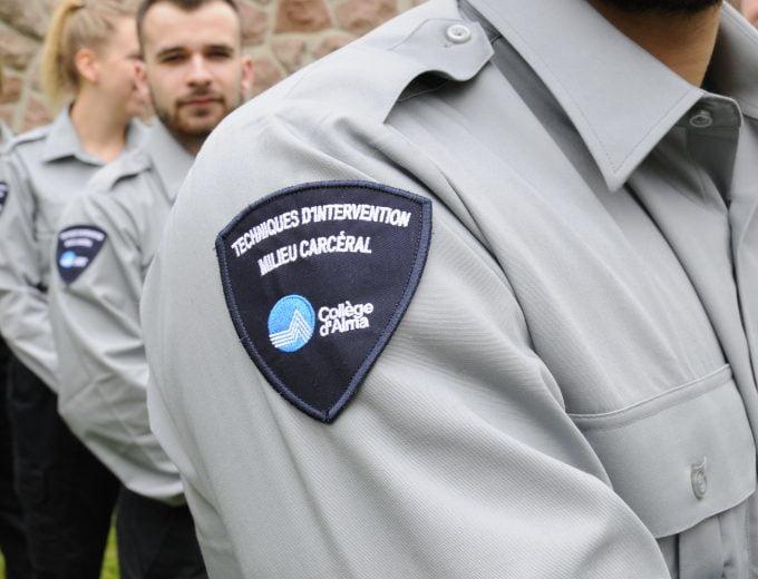 Badge sur l'épaule d'un uniforme d'étudiant en Techniques d'intervention en milieu carcéral