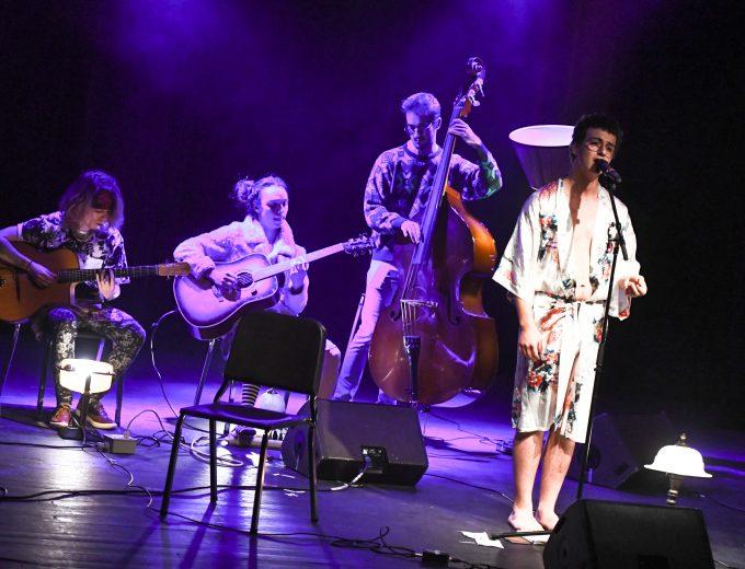 Chanteur accompagné de 3 musiciens sur la scène de La Tourelle