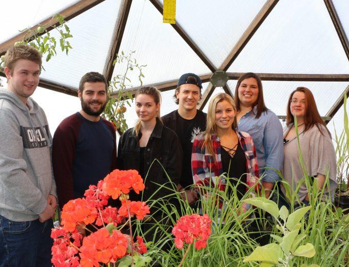 Groupe d'étudiants et d'étudiantes de Gestion et technologies d'entreprise agricole dans la serre passive