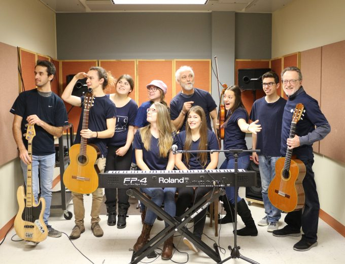 Groupe d'étudiants en Musique dans un cubicule
