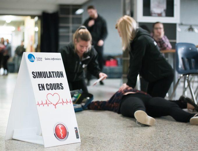 Simulation de premiers soins par 2 étudiantes de Soins infirmiers