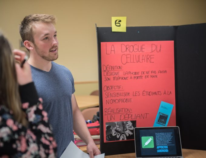 Atelier de Sciences humaines - étudiant donnant des explications