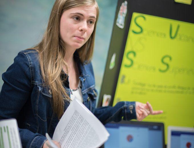 Atelier de Sciences humaines - étudiante donnant des explications