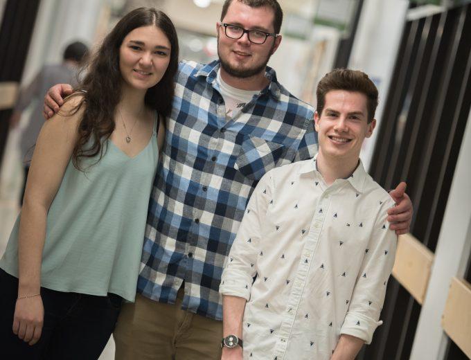 Trois étudiants de Sciences humaines dans un corridor du Collège