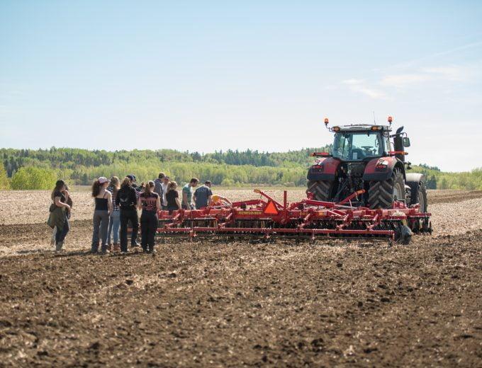 Formation sur la machinerie agricole pour un groupe d'étudiantes et d'étudiants en Gestion et technologies d'entreprise agricole