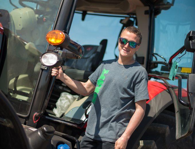 Étudiant de Gestion et technologies d'entreprise agricole qui s'apprête à monter à bord d'un tracteur