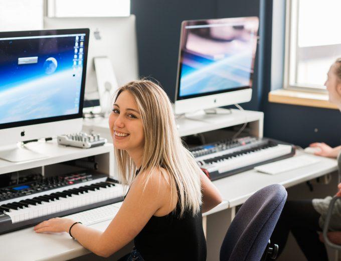 Étudiante assise devant un ordinateur