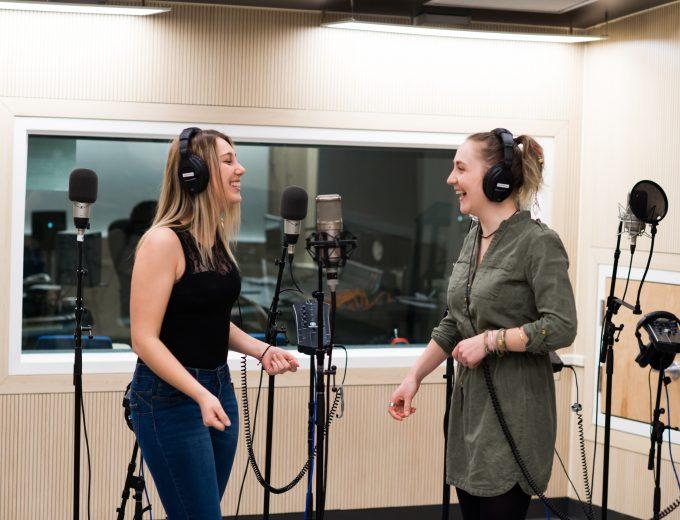 Étudiante en Musique pendant l'enregistrement d'une chanson dans les studios de Technologies sonores