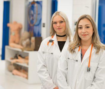 Étudiantes de Soins infirmiers dans le laboratoire de soins