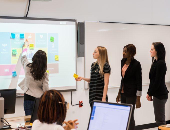 Goupe d'étudiantes de Techniques de comptabilité et de gestion pendant un atelier