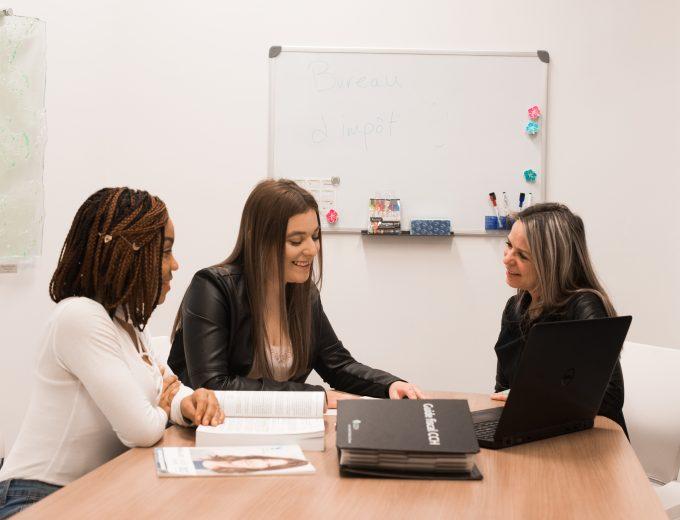 Étudiantes de Techniques de comptabilité et des gestion discutant avec une entrepreneuse