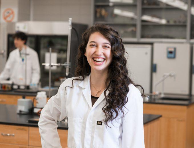 Étudiante souriante dans un laboratoire de sciences