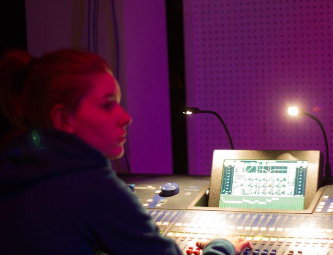 Étudiante de Technologies sonores devant une console
