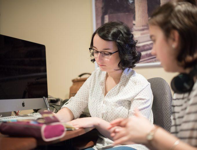 Étudiantes assises près d'un ordinateur