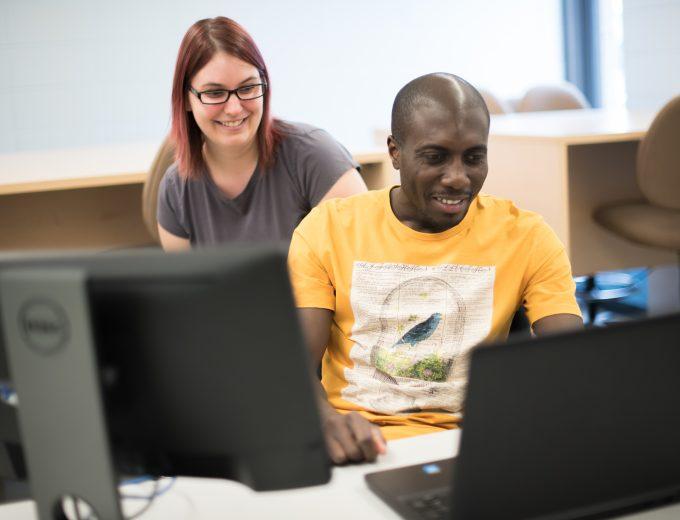 Un étudiant international et une étudiante en Techniques de l'informatique en salle de classe