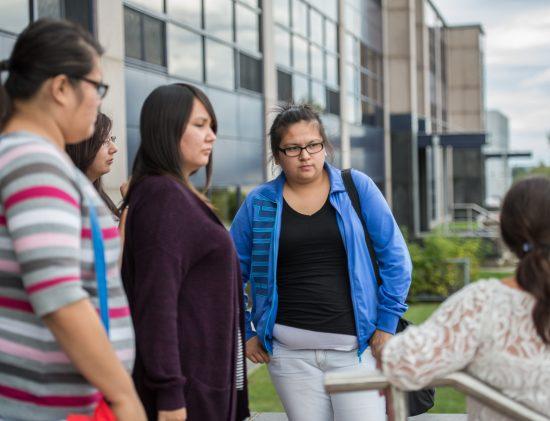 Étudiantes autochtones devant le Collège