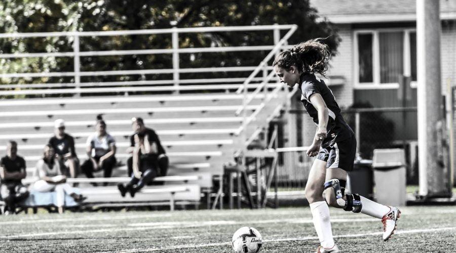 Joueuse de soccer s'apprêtant à faire un bottée