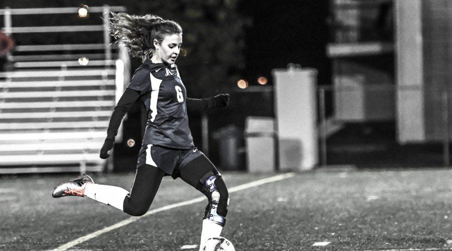 Joueuse de soccer s'apprêtant à faire un botté