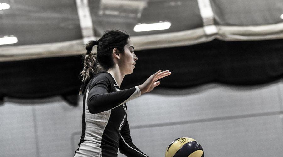 Joueuse de volleyball qui s'apprête à faire un service