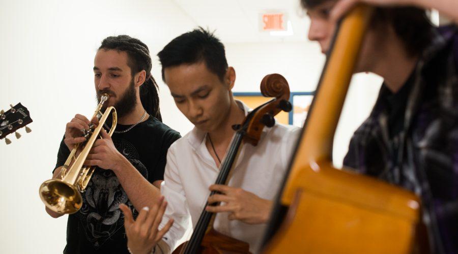 Étudiants en musique - trompette, violoncelle et contrebasse