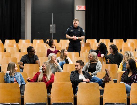 Groupe d'étudiants assis dans la salle La Tourelle