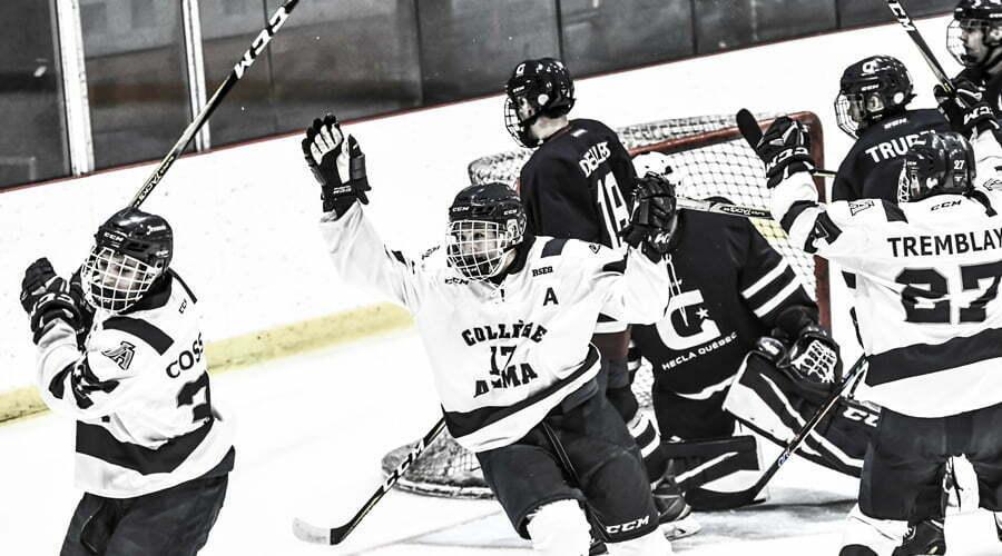 Joueurs de hockey des Jeannois célébrant un but