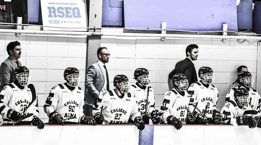 Joueurs de hockey sur le banc lors d'un match
