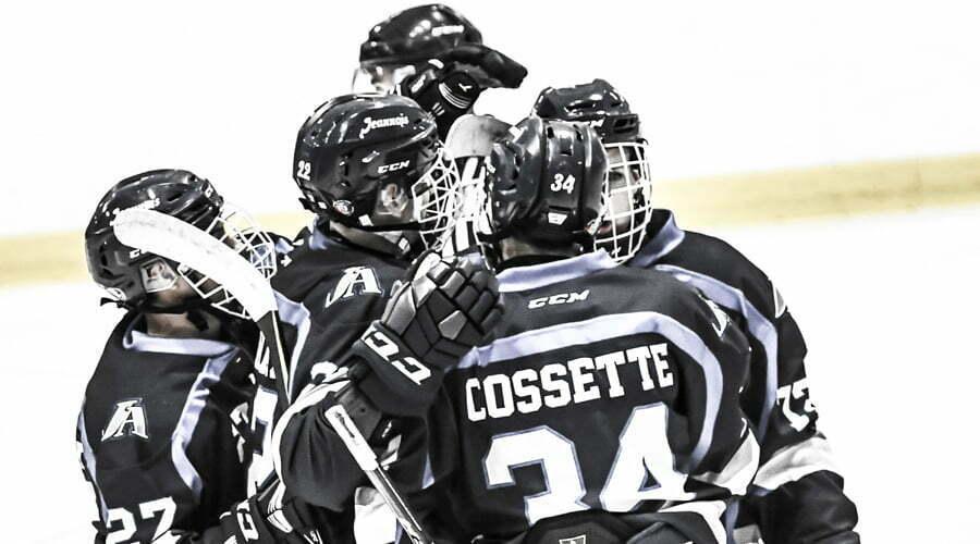 Joueurs de hockey se faisant l'accolade
