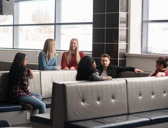 Grooupe d'étudiantes et étudiants discutant dans le centre social