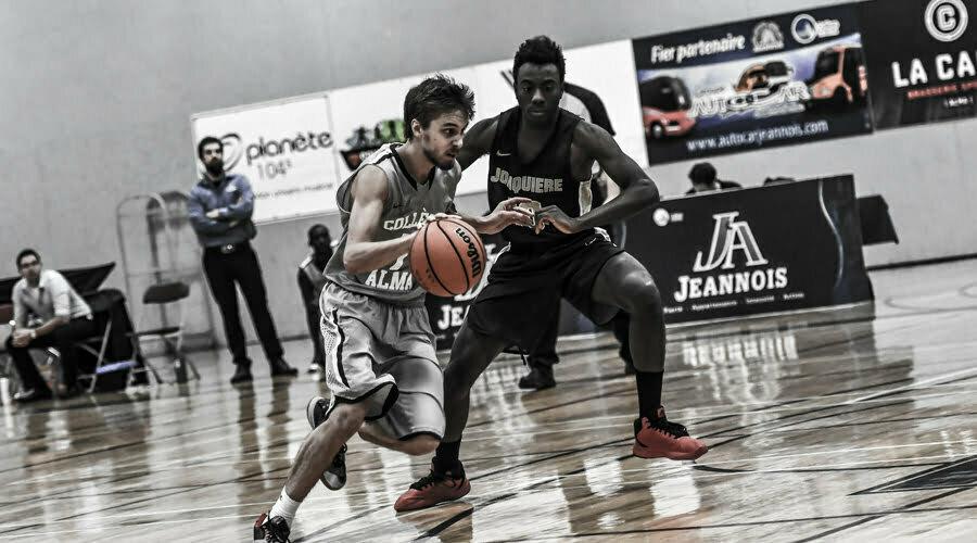 Basketball-joueur essayant d'esquinter l'adversaire en dribblant