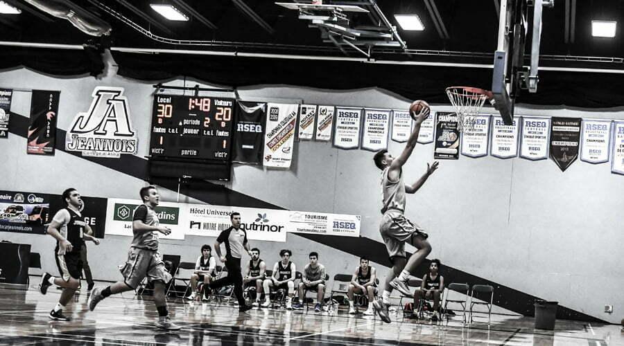 Basketball - joueur allant porter le ballon dans le panier