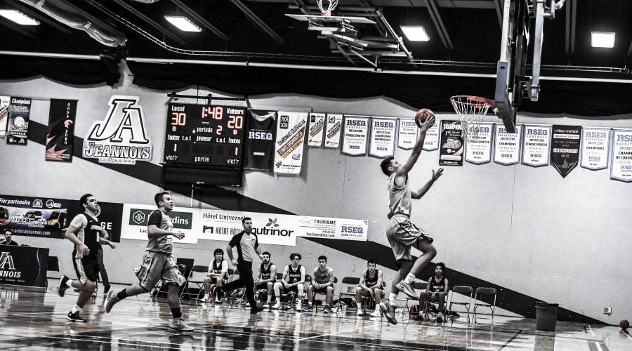Joueur de basketball effectuant un lancer au panier