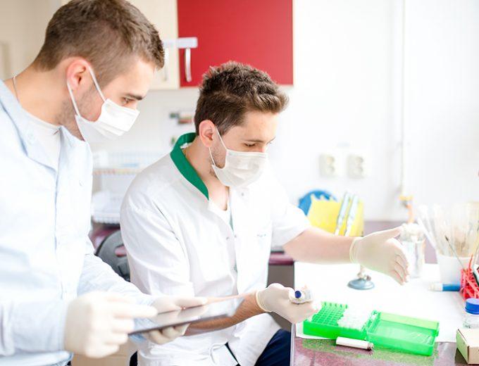 Étudiants en Techniques de pharmacie dans un laboratoire