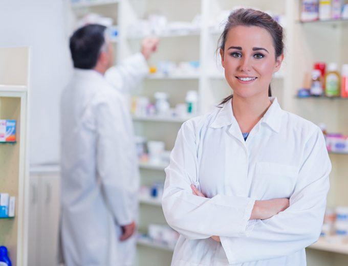 Étudiante en Techniques de pharmacie devant une étagère de produits pharmaceutiques