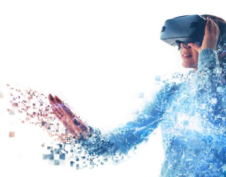 Femme portant des lunettes de réalité virtuelle