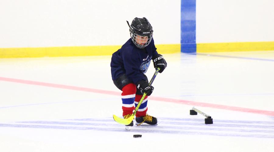 Académie de hockey des Jeannois - jeune joueur manipulant la rondelle