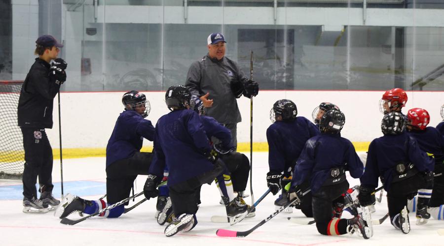 Académie de hockey des Jeannois - explications de l'entraîneur sur glace