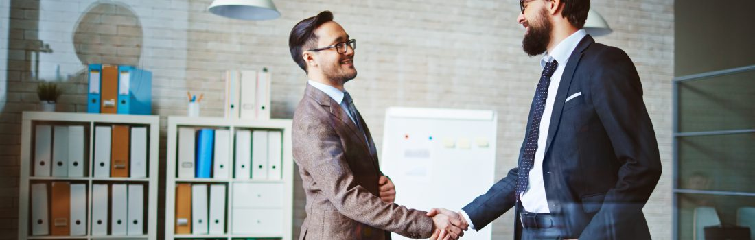 Poignée de mains entre deux collègues dans un bureau